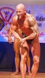 男性爱好健美者显示力量并且显示他的最佳的体质 库存图片