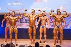 男性爱好健美者显示力量并且显示他们的最佳的physiqu 免版税库存照片