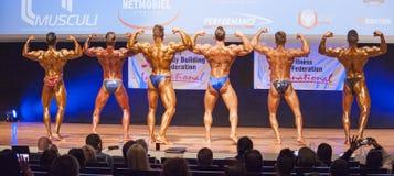 男性爱好健美者显示力量并且显示他们的最佳的physiqu 免版税库存图片