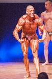 男性爱好健美者显示力量显示他的体质 免版税库存照片