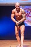 男性爱好健美者显示他的最好在阶段的冠军 免版税库存照片