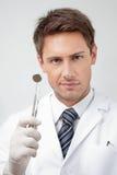 年轻男性牙医夹具 库存照片