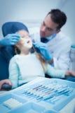 男性牙医审查的女孩牙 库存照片
