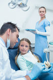 男性牙医教的女孩如何刷牙 库存图片