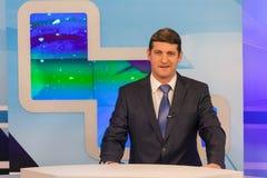男性现场报道员在电视演播室 活广播 免版税图库摄影