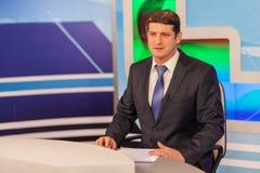 男性现场报道员在电视演播室 活广播 免版税库存照片