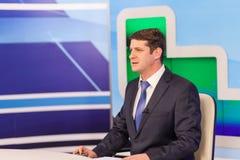 男性现场报道员在电视演播室 活广播 库存图片