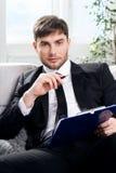 男性的心理学家准备采取笔记 库存照片