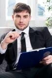 男性的心理学家准备采取笔记 免版税库存图片