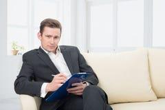 男性的心理学家准备采取笔记 免版税库存照片