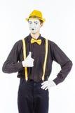 男性的画象,看照相机和showin的手势演员 免版税图库摄影