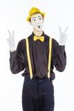 男性的画象,看照相机和showin的手势演员 免版税库存图片