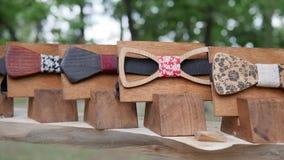 男性的,辅助部件手工制造在立场,行家的,人的木蝶形领结衣裳森林弓领带手工制造在机架 股票视频
