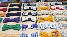 男性的,辅助部件手工制造在立场,行家的,布料对手工制造的人的蝶形领结衣裳原始的纺织品弓领带 影视素材