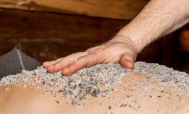 男性盐洗刷的手适用于后面,特写镜头 免版税库存照片