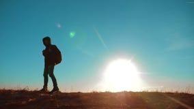 男性相当它价值的人走的生活方式旅游与背包阳光冒险站立在山顶部 慢的行动 股票录像