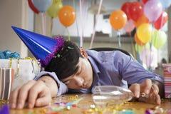 男性睡着在党以后在办公室 免版税库存照片