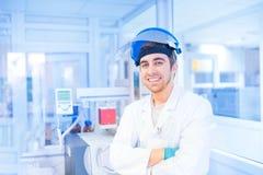 男性科学家在使用医疗资源的实验实验室 免版税库存照片