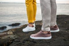 男性穿上鞋子运动鞋户外 人` s便鞋生活方式照片  库存照片