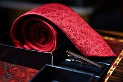男性红色领带和金属夹子 库存照片
