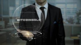 男性经纪,隐藏货币起动头显示词在他的手上的Bitcoin金子 股票视频