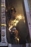 男性绳索通入矿工头戴安全带盔甲,秋天身体热加工设备保护abseiling的研究绳索 免版税图库摄影