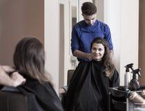 男性美发师和可爱的妇女 图库摄影