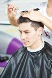 男性美发师在工作 库存照片