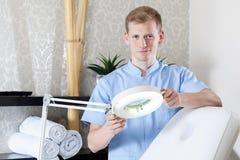 男性美容师等待的顾客 免版税库存照片