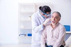 男性耐心参观的医生耳鼻喉科医师 免版税图库摄影