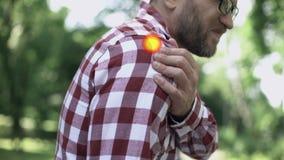 男性肩膀伤害,骨关节炎,联接的问题,斑点表明痛苦 影视素材
