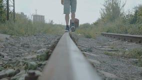 男性脚看法在运动鞋步行的在路轨 4K 影视素材