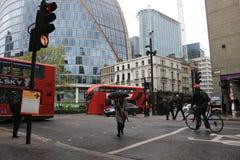 男性自行车通勤者在伦敦,英国,绿色能量,都市场面,运输 免版税库存图片