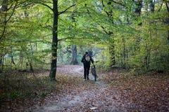 男性自行车骑士在秋天公园 库存照片