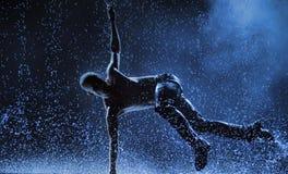 男性舞蹈家在雨中 库存照片