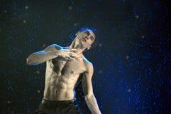 男性舞蹈家在雨中 库存图片