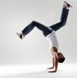 男性舞蹈演员在手倒立冻结 免版税库存图片