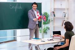 男性英语老师和学生在教室 免版税库存照片