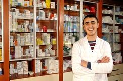 男性药剂师药房纵向 免版税库存照片