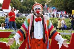 男性街道艺术家`编织了小丑`在节日`明亮的人`在公园Gorkogo城市天在莫斯科 免版税库存图片
