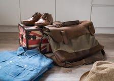 男性衣物和辅助部件在木背景 图库摄影
