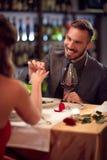 男性订婚的可爱的妇女在餐馆 库存照片