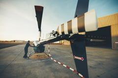 男性试验检查的直升机 库存照片