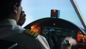 男性试验飞行在自动驾驶仪方式,由携带无线电话的传送的信息下 股票视频