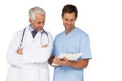 男性谈论医生和的外科医生报告 免版税库存照片