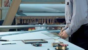 男性资深工作者措施宽度和高度玻璃在车间 库存图片