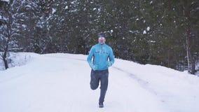 男性跑步在冬天的运动员30多年 股票视频