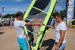男性辅导员显示如何处理风帆冲浪在海滩 库存照片