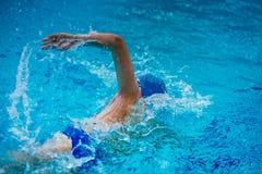年轻男性运动员游泳者爬行 库存照片