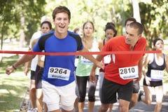 男性运动员赢取的马拉松长跑 免版税图库摄影